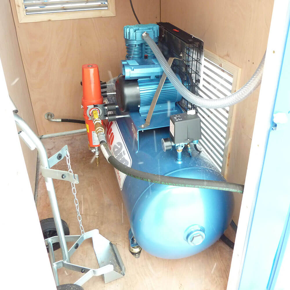 Air compressor unit for hyperbaric chamber